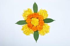 Nagietka kwiatu rangoli projekt dla Diwali festiwalu, Indiańska festiwalu kwiatu dekoracja obraz royalty free