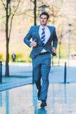 Naglący biznesmen biega w mieście zdjęcie royalty free