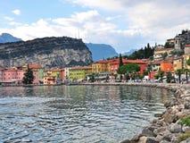 Nago Torbole wioska na Garda jeziorze, Włochy Obrazy Royalty Free