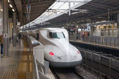 Nagoya, Japão - abril 1,2015: O trem de bala de Nozomi da série de N700A (esperança) para Tokaido Shinkansen (Tóquio - rota de Os Imagem de Stock