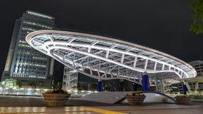 NAGOYA, JAPON - 26 avril 2019 : Paysage urbain la nuit de l'oasis 21, une tour voisine de Nagoya de gare routière et de centre co photos stock