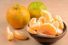 Nagpur-Orangen mit Scheiben in der hölzernen Schüssel stockfotografie