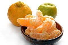 Nagpur-Orangen mit Scheiben in der hölzernen Schüssel stockfotos