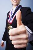 Nagroda wygrany bizneswoman daje aprobatom Fotografia Stock