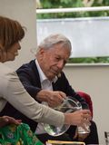 Nagrody Noblej laureat w literaturze Mario Vargas Llosa na Ksi??kowym ?wiatowym Praga 2019 obraz stock