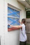 nagrywa nastoletnich v okno obraz stock