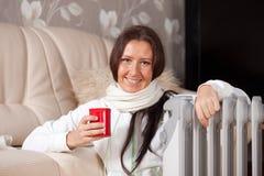 nagrzewacza blisko nafciana uśmiechnięta kobieta Zdjęcie Stock