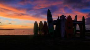 Nags gehen NC USA - August 2016 Sonnenuntergang auf Bucht mit Kanus und Kajaks als Schattenbildern im Sommer voran Lizenzfreie Stockbilder