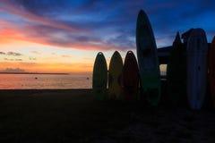 Nags Haupt-NC USA - August 2016 Sonnenuntergang auf Bucht mit Kanus und Kajaks als Schattenbildern im Sommer Stockfotografie
