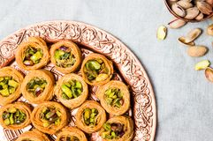 Nahöstlicher Nachtisch mit Pistazie auf einer Platte Stockfoto