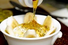 Nahöstlicher sahniger Nachtisch mit Nüssen und Honig Stockbild