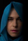 Nahöstliches Frauenporträt, das mit blauem hijab Künstler traurig schaut Stockfoto