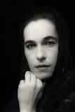 Nahöstliches Frauenporträt, das mit blauem hijab Künstler traurig schaut Stockbild
