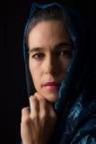 Nahöstliches Frauenporträt, das mit blauem hijab Künstler traurig schaut Stockfotografie