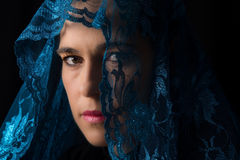 Nahöstliches Frauenporträt, das mit blauem hijab Künstler traurig schaut Stockbilder