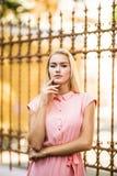 Nah herauf das sonnige sinnliche Porträt der sexy Frau des erstaunlichen eleganten Zaubers überraschen, werfend an Europa-Straße, Lizenzfreies Stockbild