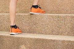 Nah oben Frauenbeine, die herauf den Schritt für Sport, gesund, Konzept gehen lizenzfreie stockfotos