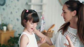 Nah oben, gibt Mutterliebkosungen Tochter, Mädchen Mutter, um Brot, Zeitlupe abzubeißen stock video footage