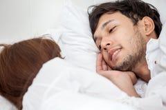 nah oben vom jungen asiatischen glücklichen Paar in der Liebe, die liegt einander zusammen, betrachtend Im Bett schlaf relax roma lizenzfreie stockbilder