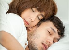 nah oben vom jungen asiatischen glücklichen Paar in der Liebe, die zusammen im Bett liegt schlaf relax romantisch stockfoto