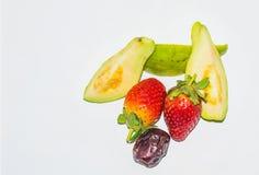 nah oben von der Erdbeere, von geschnittener Guave und vom Datum stockfotografie