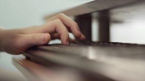 Nah oben von der Hand des Jungen unter Verwendung der Computertastatur stock video footage