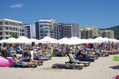 Nah in Position gebrachte Strandschirme und Strandklubsessel Lizenzfreie Stockfotos