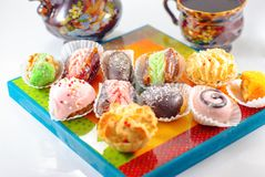 Nah?stliche Nachtische Arabische Bonbons Hennastrauch und Mimouna Cookies stockfoto