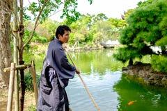 Naha, Japan - 19. November: Nicht identifizierter Mann in tradional Kleidung wirft für Kamera im Park am 19. November 2015 in Nah Lizenzfreies Stockbild