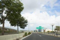NAHARIJA, ISRAEL 9. MÄRZ 2018: Autos auf der Straße auf dem Weg zum Norden von Israel Lizenzfreies Stockbild
