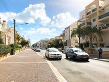 NAHARIJA, ISRAEL 9. MÄRZ 2018: Autos auf der Straße an einem sonnigen Tag in Naharija Stockbild