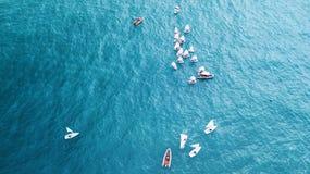 NAHARIJA, ISRAEL 10. MÄRZ 2018: Kleine Segelboote, die in das ruhige Wasser in Naharija, Israel segeln Schattenbild des kauernden Stockbilder