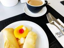 NAHARIYA, ΙΣΡΑΗΛ 9 ΜΑΡΤΊΟΥ 2018: Πρόγευμα με τις τηγανίτες, καφές σε ένα άσπρο πιάτο στον πίνακα Στενό πλάνο Στοκ Φωτογραφίες