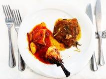 NAHARIYA, ΙΣΡΑΗΛ 10 ΜΑΡΤΊΟΥ 2018: Πρόγευμα με το τυμπανόξυλο, το κρέας και τη σάλτσα κοτόπουλου σε ένα άσπρο πιάτο στον πίνακα Κλ Στοκ φωτογραφία με δικαίωμα ελεύθερης χρήσης