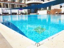 NAHARIYA, 19 ISRAËL-MEI, 2017: Moderne stijl grote die pool door zitkamerstoelen wordt omringd Stock Afbeelding