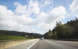 NAHARIYA, ISRAEL 9 DE MARÇO DE 2018: Carros na estrada na maneira ao norte de Israel Imagem de Stock