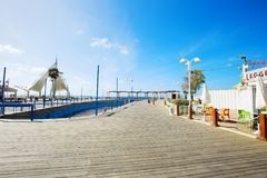 NAHARIYA ISRAEL-MARCH 9, 2018: Ställe för att gå på den medelhavs- kusten i staden av Nahariya Arkivbild