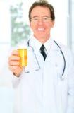 Nahaufnahme-älterer Doktor Giving Medicine lizenzfreies stockbild