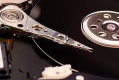 Nahaufnahme öffnete auseinandergebautes Festplattenlaufwerk vom Computer, hdd mit Spiegeleffekt stockbild