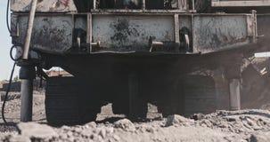 Nahaufnahme-Ölplattform Meißelwerkzeugmaschinen für die Bohrung von tiefen Spalten für die Durchführung von explosiven Arbeiten i stock video footage
