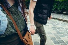 Nahaufnahme über Ansicht der Hände hielt durch die Paare in der Liebe beim Gehen entlang Budapest-Straße in Ungarn Kein Gesicht lizenzfreies stockbild