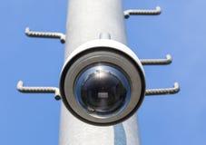 Nahaufnahme-Überwachungskamera, CCTV mit Hintergrund des blauen Himmels Lizenzfreies Stockfoto