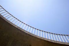 Nahaufnahme-abstrakte Ansicht des gebogenen Fußgängerstegs Stockfotografie