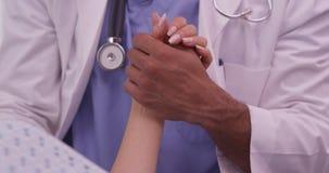 Nahaufnahme afrikanischen Doktors die Hand des Patienten halten Stockfotos