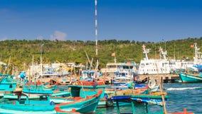Nahaufnahme-Ansicht von vietnamesischen Fischerbooten in der Bucht stock footage