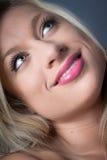 Nahaufnahme-attraktives blondes mit dem Lächeln der grünen Augen Lizenzfreies Stockbild