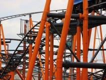 Nahaufnahme auf Achterbahn-Bau mit orange Stahl Stockfoto