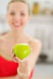 Nahaufnahme auf Apfel in der Hand der Jugendlichen Lizenzfreie Stockbilder