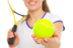 Nahaufnahme auf Ball in der Hand des weiblichen Tennisspielers lizenzfreie stockfotos