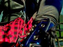 Nahaufnahme auf bezaubernden Artdetails des punk rock, Stoffe und Zusätze - Mädchenstiefel, rotes Hemd und schwarze Lederjacke lizenzfreie stockfotografie